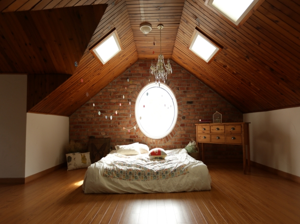 Plafon kayu bergaya Bohemian bisa diaplikasikan di lantai dua dengan atap yang miring. (Foto: Pexels)