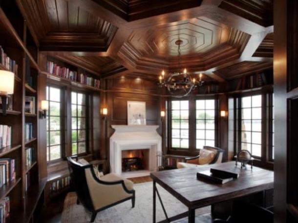Plafon klasik cocok untuk ruang perpustakaan atau ruang kerja di rumah. (Foto: Decoist)