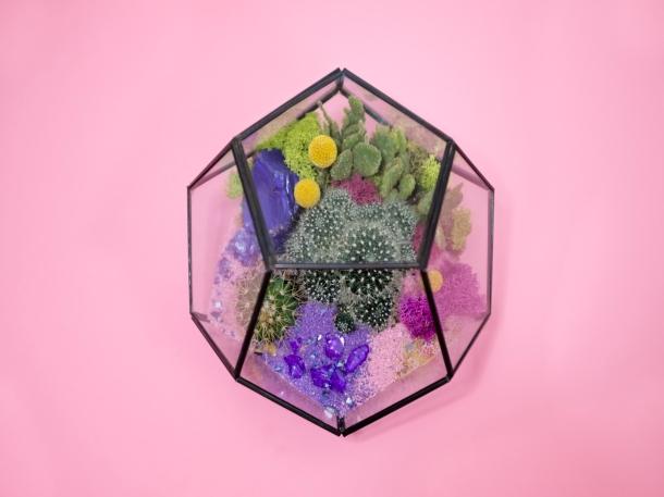 Aksesori, batu warna-warni, dan mainan anak-anak dapat dimanfaatkan sebagai hiasan terarium. (Foto: Unsplash)