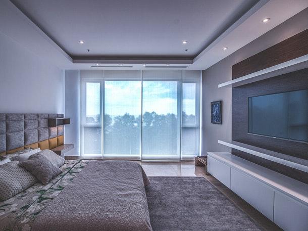 Pintu geser dapat memberi kesan luas pada ruangan. (Foto: Pexels)