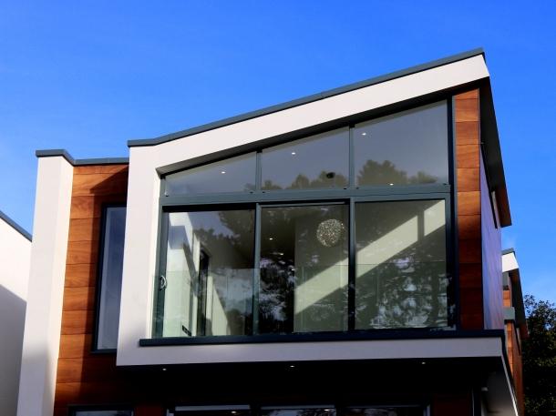 Pintu geser juga dapat sekaligus berfungsi sebagai jendela. (Foto: Pexels)