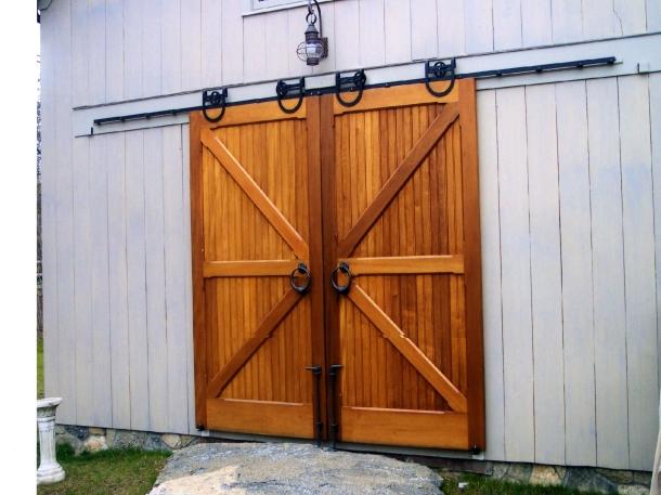 Pintu geser garasi berbahan kayu akan menampilkan gaya pedesaan (Foto: togethersandia.com)