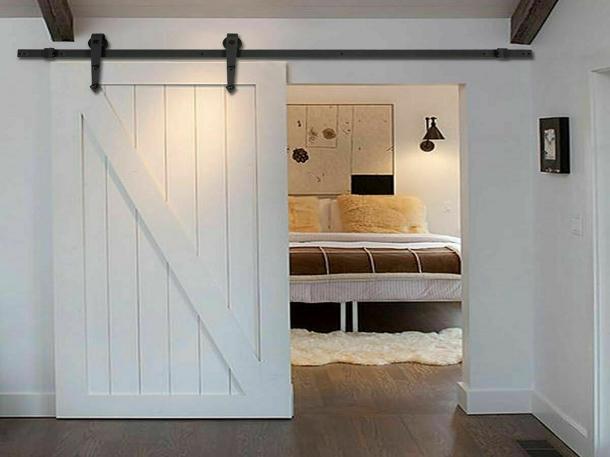 Pintu geser kayu warna putih dan bergaya pedesaan cocok diaplikasikan di kamar mandi, kamar tidur, dan pantry. (Foto: lizzie-olsen.us)
