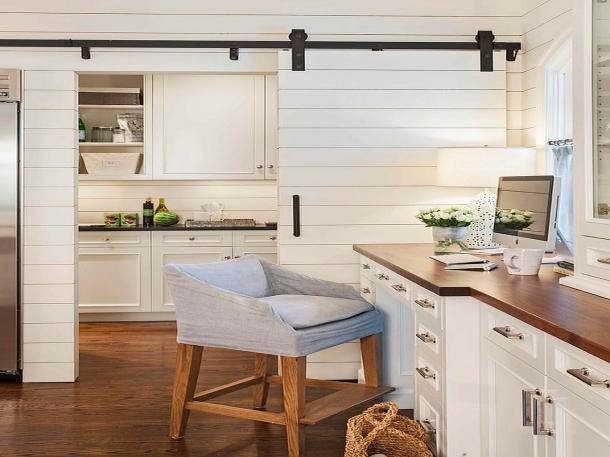 Pintu geser sebagai pemisah antara ruang kerja dan dapur. (Foto: decoist.com)