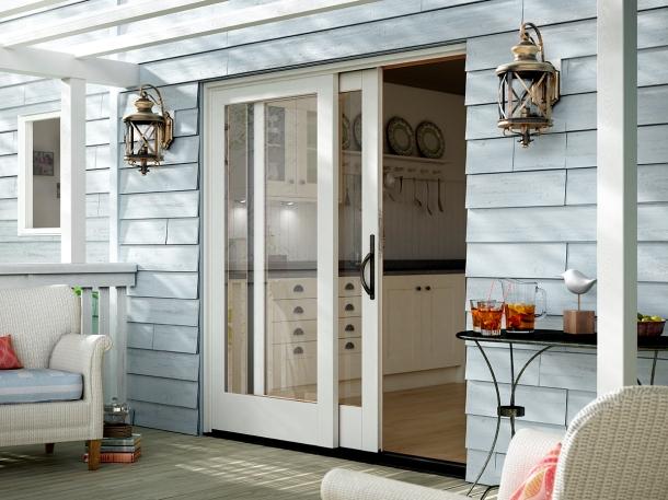 Caption: Pintu geser bergaya Prancis untuk ruang penghubung rumah dan patio. (Foto: milgard.com)