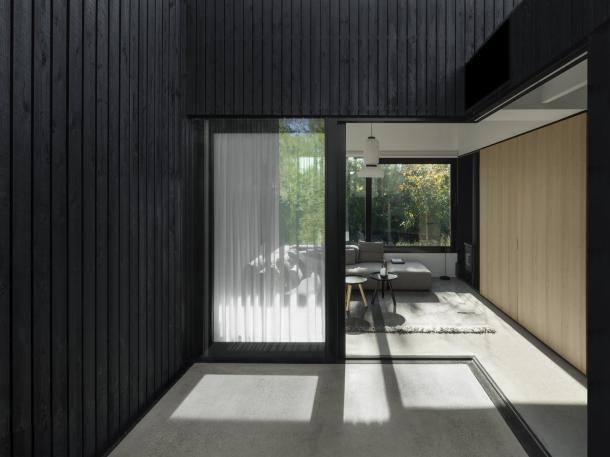 Caption: Pintu geser akan membuka batas antara ruang tamu dan area luar rumah. (Foto: dwell.com)