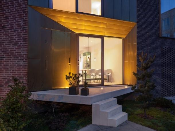 Kesan simpel dan elegan pada rumah ditampilkan oleh pintu geser kaca untuk ruang tamu. (Foto: Dwell.com)