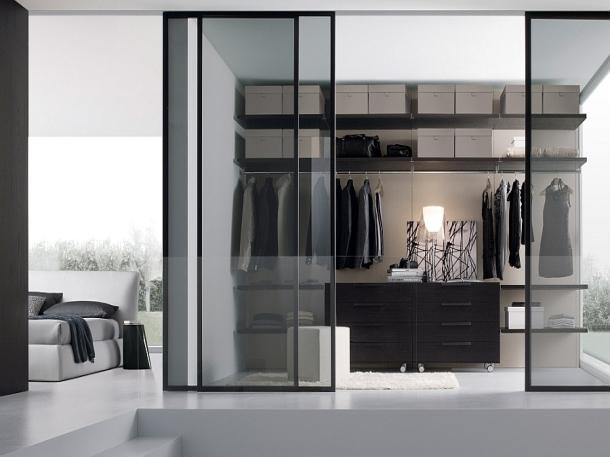 Pintu geser menambah kesan eksklusif pada walk-in closet. (Foto: Sklar Furnishings)