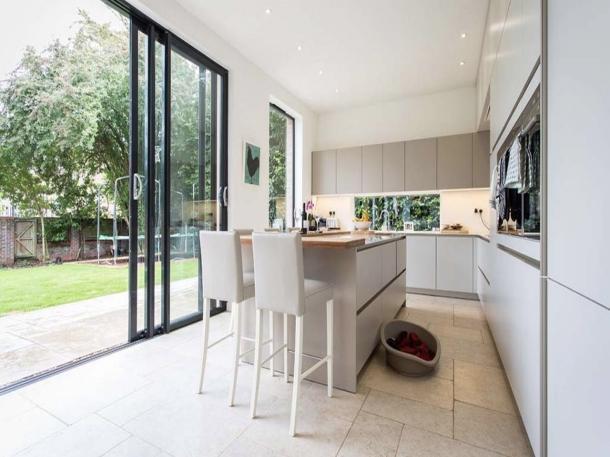 Desain minimalis ruang makan berpadu dengan pintu geser. (Foto: welshbifolds.co.uk)