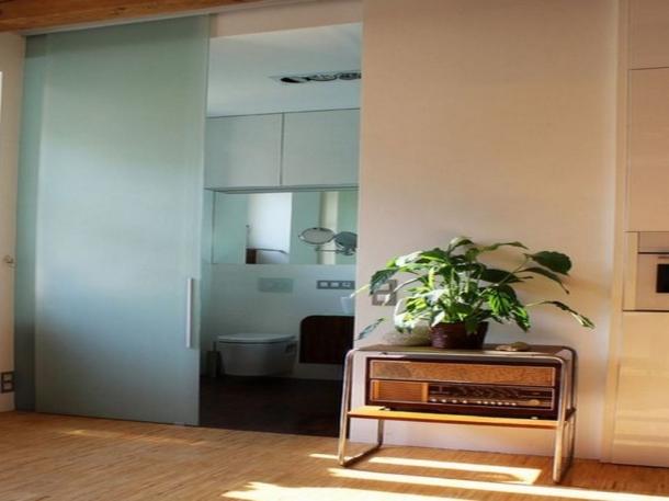 Kaca bertekstur foggy untuk pintu geser di kamar mandi. (Foto: Homedit)