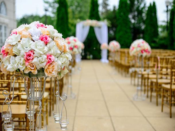 Caption: Tema dan lokasi pernikahan akan memberikan pengaruh terhadap pilihan dekorasi pernikahan. (Foto: Pixabay)