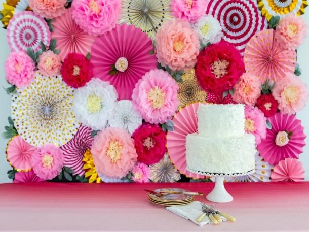 Foto: Dekorasi bunga umumnya jadi pilihan utama mempelai. Untuk menekan biaya, kombinasi bunga dan kain putih bisa menjadi alternatif. (Foto: hgtv.com)