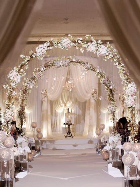 Terinspirasi dari film-film Hollywood, warna putih terkesan elegan bagi penyelenggara pesta. (Foto: Elegant Wedding Invites)