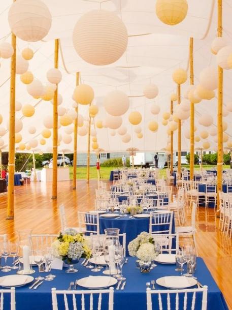 Lampion dapat menghemat bujet dekorasi sekaligus memberi kesan tradisi yang kuat. (Foto: theknot.com)