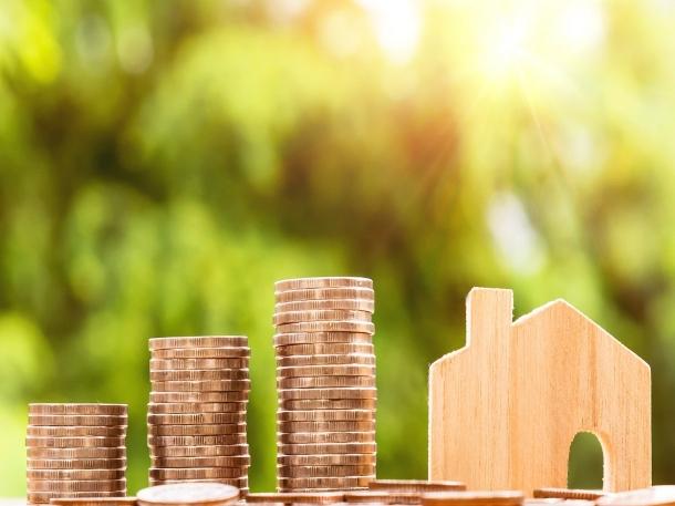 Prioritaskan masa depan rumah tangga Anda dengan menabung untuk memiliki rumah, daripada menghabiskan banyak dana hanya untuk dekorasi pernikahan. (Foto: Pixabay)