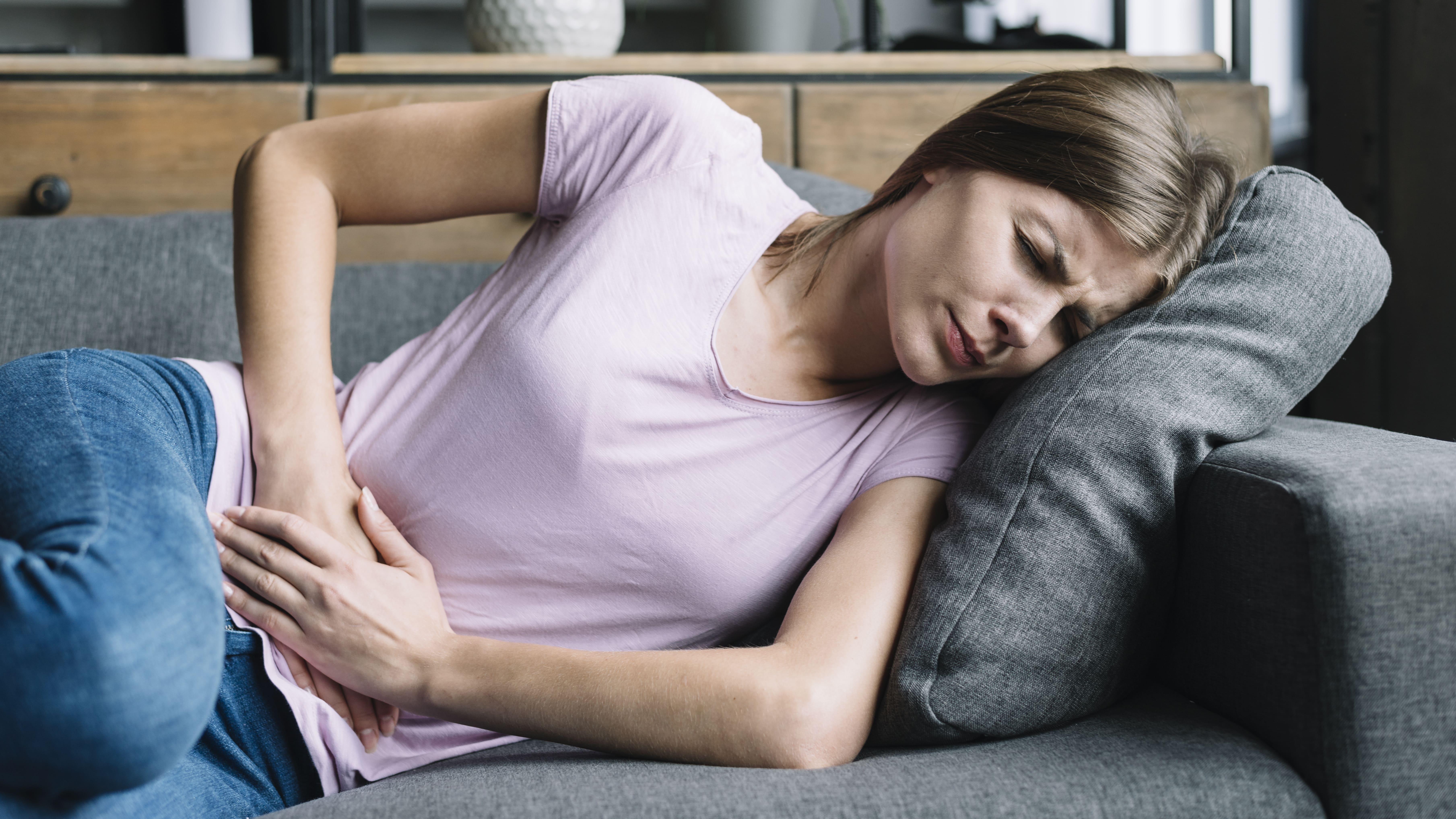 Bagi sebagian wanita, nyeri saat haid sangat menyakitkan. Kandungan antiradang pada kunyit mampu merelaksasi bagian perut yang mengalami kontraksi. (Foto: Freepik)