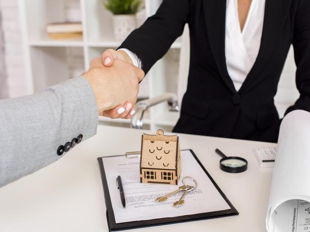 Agen properti adalah perantara antara investor atau pembeli dengan penjual. (Foto: Freepik)