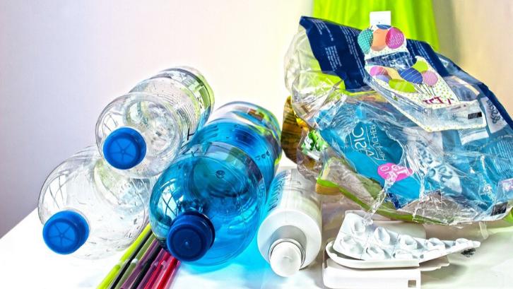 Caption: Botol plastik bisa dirubah menjadi berbagai tempat sederhana dengan mudah (Foto: Pixabay)