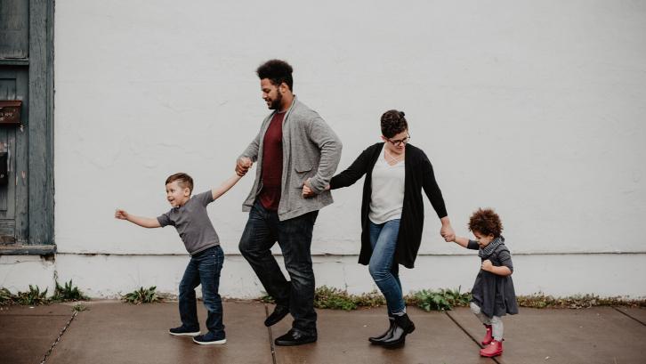 Kartu keluarga mempunyai peran dan fungsi yang sangat penting dalam sebuah keluarga. (Foto: Pexels)