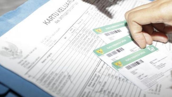Kartu keluarga diperlukan untuk membuat Kartu BPJS atau Kartu Indonesia Sehat. (Foto: Megapolitan Kompas)