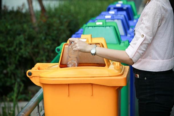 แยกขยะรีไซเคิลลงในถังขยะสีเหลือง