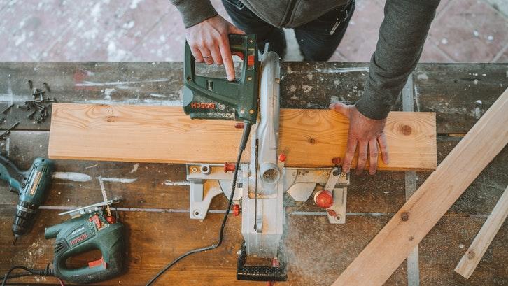 Berbagai jenis papan kayu dengan kualitas yang berbeda. (Foto: Pexels - Anastasia Shuraeva)