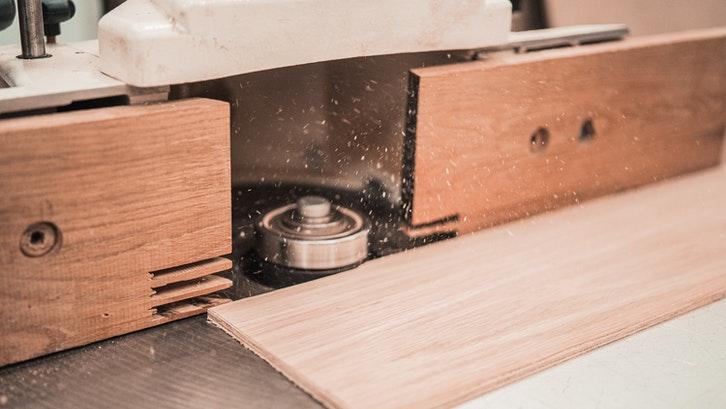 Blockboard merupakan salah satu jenis papan kayu. (Foto: Pexels - Cleyder Duque)