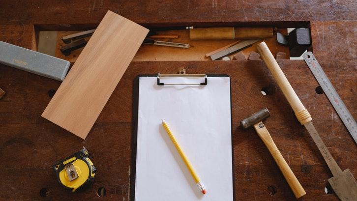 Ukuran standar papan kayu adalah 2400 mm x 1120 mm. (Foto: Pexels - Ono Kosuki)
