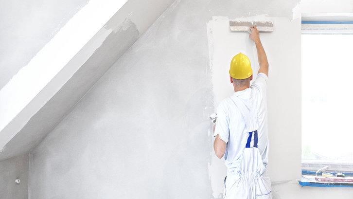 Diperlukan ketelitian saat plamir tembok, agar pori-pori dan permukaan tidak rata dapat tertutupi. (Foto:nerolac.com)