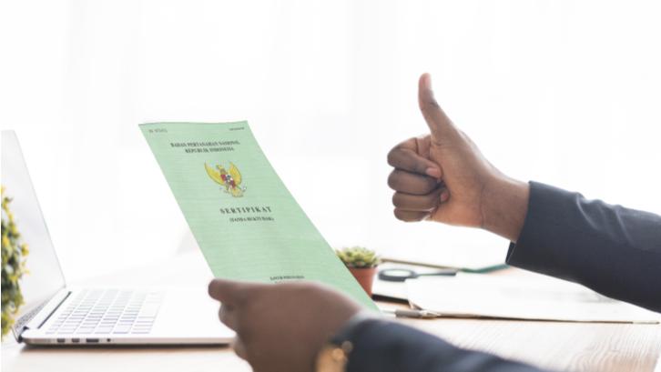 Sertifikat tanah memiliki peranan penting dalam menjamin hak milik dengan kekuatan hukum yang kuat. (Sumber: Rumah.com)