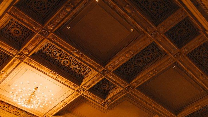 Plafon bukan hanya sekedar fungsional tapi bisa menjadi elemen desain interior (sumber: Unsplash)