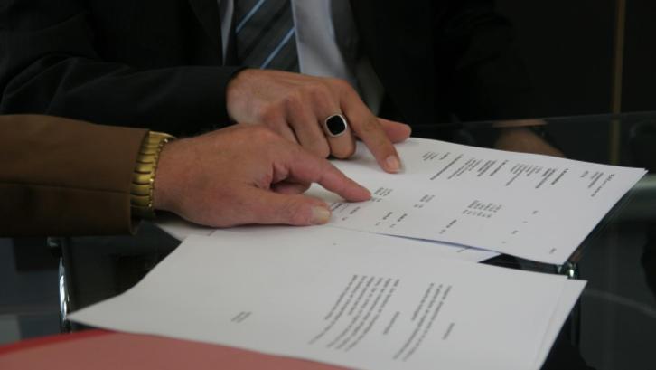 Format contoh Akta Jual Beli (AJB) yang jamak digunakan dalam perjanjian selalu memuat minimal dua orang saksi. (Sumber: pixabay.com)