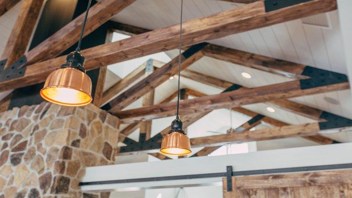 Fungsi utama plafon adalah untuk melindungi rumah dari elemen cuaca di luar. (sumber: Unsplash)