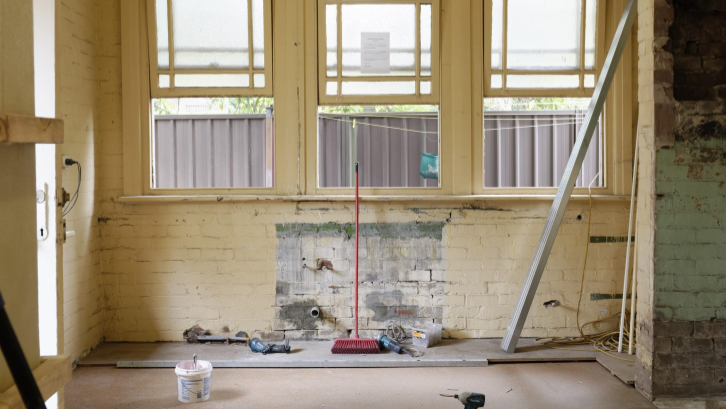 Pastikan garansi perbaikan rumah telah masuk dalam kontrak kesepakatan agar tidak perlu mengeluarkan bajet tambahan apabila terdapat kerusakan setelah renovasi.. (sumber: Pexel.com)