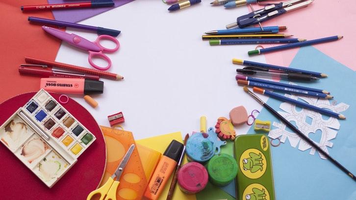 Orang tua perlu memenuhi fasilitas belajar yang diperlukan untuk homeschooling. (Foto: Pexels)