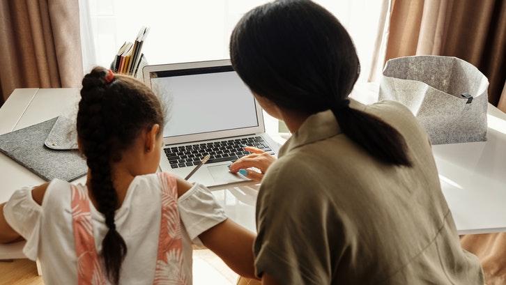 Belajar di rumah atau Homeschooling bersama guru. (Foto: Pexels)