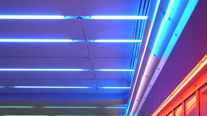 Banyak yang memanfaatkan lampu neon sebagai lampu hias. (Foto: Pixabay)