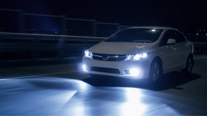Saat ini banyak kendaraan yang mengadopsi HID sebagai lampu utama. (Foto: Buy a Car)