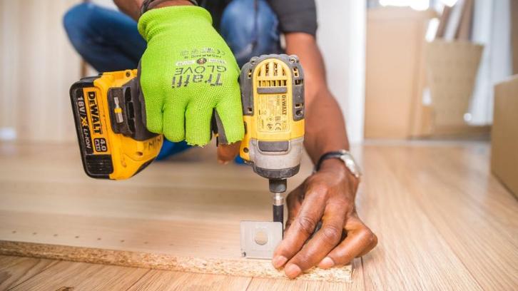 =Renovasi ringan bisa Anda lakukan sendiri untuk menghemat biaya. (Foto: Pexels - Bidvine)