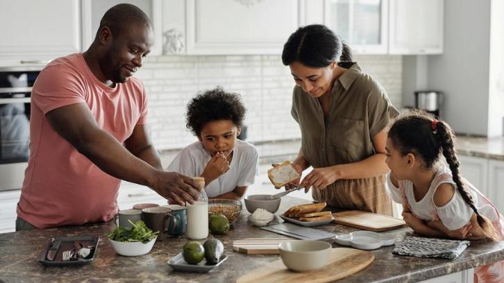 Anda bisa melakukan aktivitas bersama keluarga di rumah baru Anda. (Foto: Pexels – August de Richelieu)