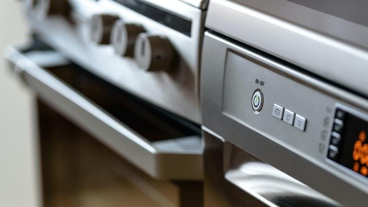 Caption: Siapkan anggaran yang sesuai dengan oven listrik yang Anda inginkan. (Foto: Pexels)