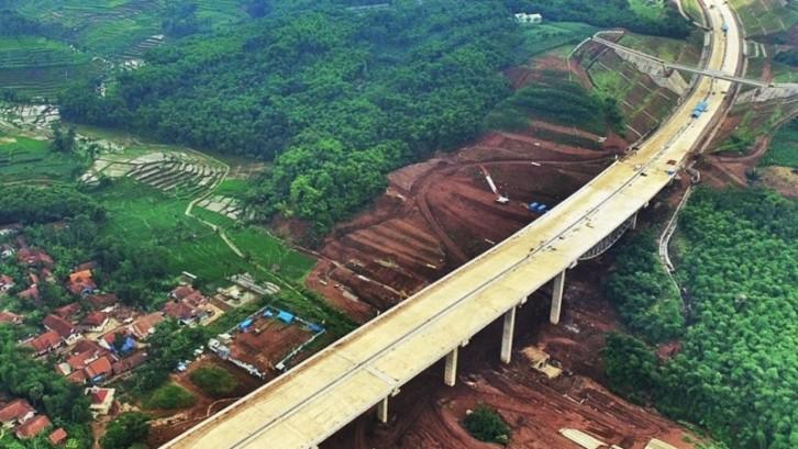 Kota Bandung menjadi maju pesat akibat adanya akses tol terpadu yang menghubungkan antar provinsi dengan lebih cepat dan mudah. (Foto: jurnalbandung.com)