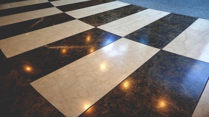 Motif monokrom seperti papan catur. (Foto: Unsplash)