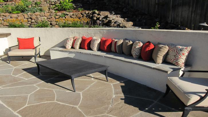 Ide unik sofa pada dinding halaman. (Sumber: Pinterest)