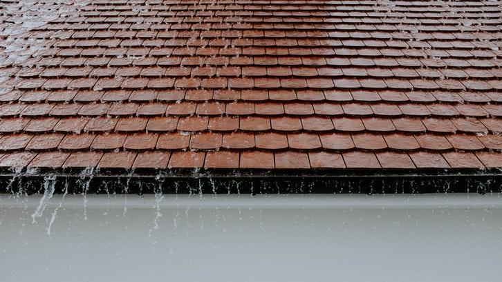 Atap bentuk pelana rentan terhadap beban air yang deras. (Foto:Pexels)