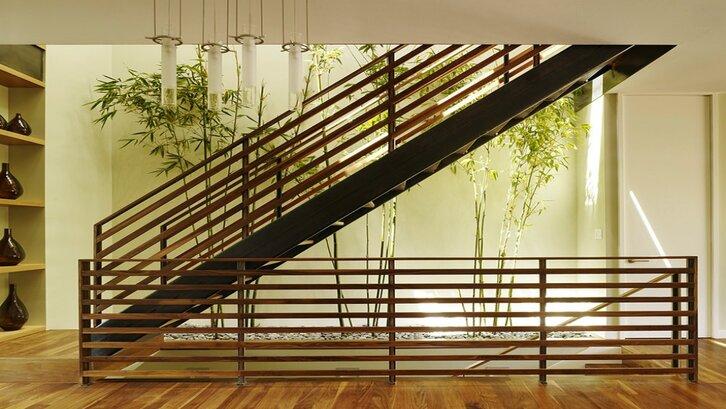 Area taman di bawah tangga dapat menjadi titik fokus ruang rumah Anda. (Foto: Facefabskin.com)