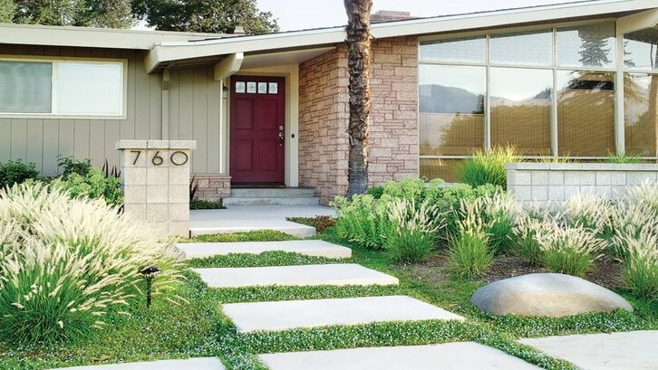 Taman menghias jalan setapak. (Foto: dekoruma.com)