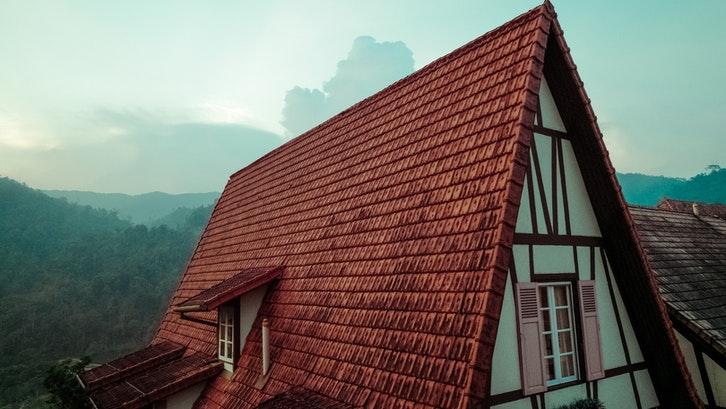 Atap dengan genteng tanah liat dapat menyerap panas dengan efektif. (Foto:Pexels)