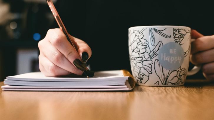 Pastikan agar Anda menulis surat dengan jelas untuk menghindari terjadinya komplain di kemudian hari. (Foto: Pexels - Lisa Fotios)