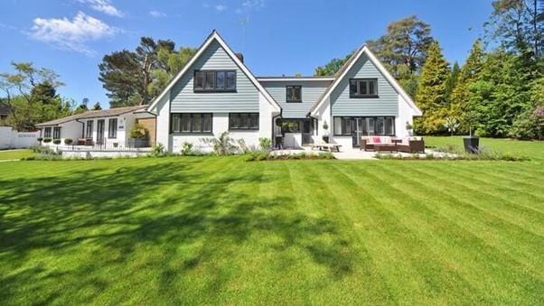Halaman rumah rapi dengan tanah rumput lapang. (Sumber: Pexels)